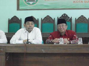 Ketua DMI (Drs. H. Arif Afandi) didampingi Kepala Kementerian Agama (H. Shaifullah Anshari)