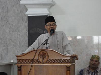 H. Imanan (wakil ketua FKUB) memberikan Tausyah di pengajian LDII