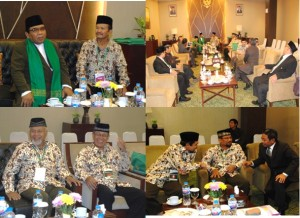 Prof Dr  KH  Abdullah Syam MSc  bersama para Wanhatpus bercengkrama sambil menunggu tamu-tamu VIP  yang akan menghadiri acara pembukaan Rakernas