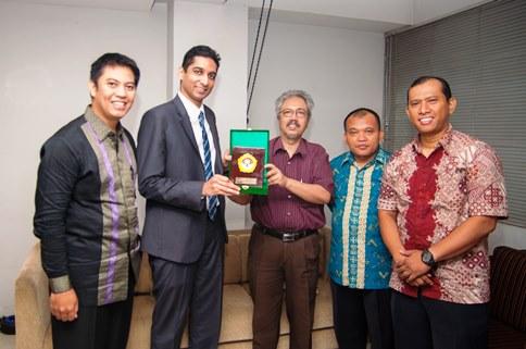 Kunjungan perwakilan Kedubes Singapura pada Jumat pagi, 8 November 2013 bukan hanya sekedar silaturrahim biasa. Bagi Suresh Sukuma, Sekretaris Pertama Bidang Politik Republik Singapura, kunjungan ini istimewa untuk menjalin kerjasama dengan Indonesia melalui ormas-ormas Islam, termasuk LDII.
