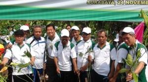 Para aktifis dari LDII, saat melakukan penanaman pohon di Pamurbaya