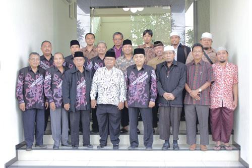 Sesi foto bersama pengurus DPD LDII kota Surabaya dengan PD Muhammadiyah kota Surabaya di depan kantor DPD LDII kota Surabaya