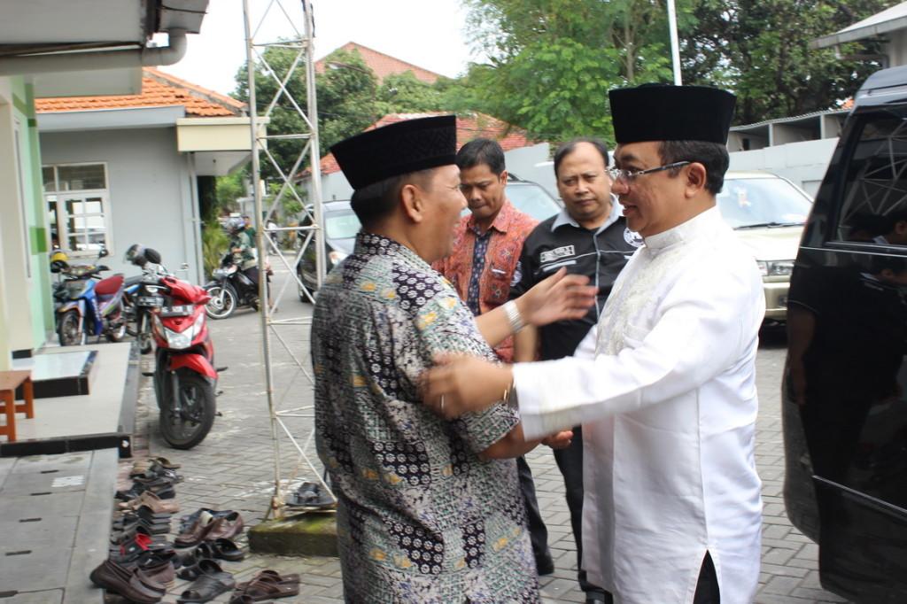 Ketua DPD LDII kota Surabaya menyambut kedatangan Wakil Ketua DPR RI