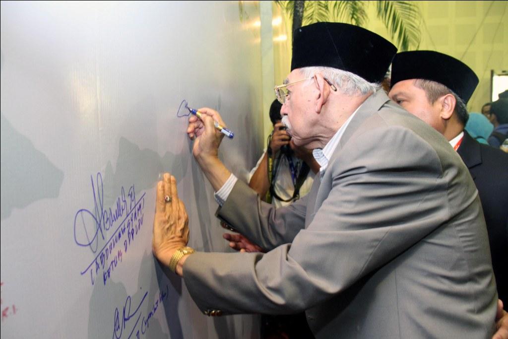 Ketua MUI KH Umar Shihab saat menandatangani Komitmen Wujudkan Indonesia Bermartabat di Rapimnas LDII