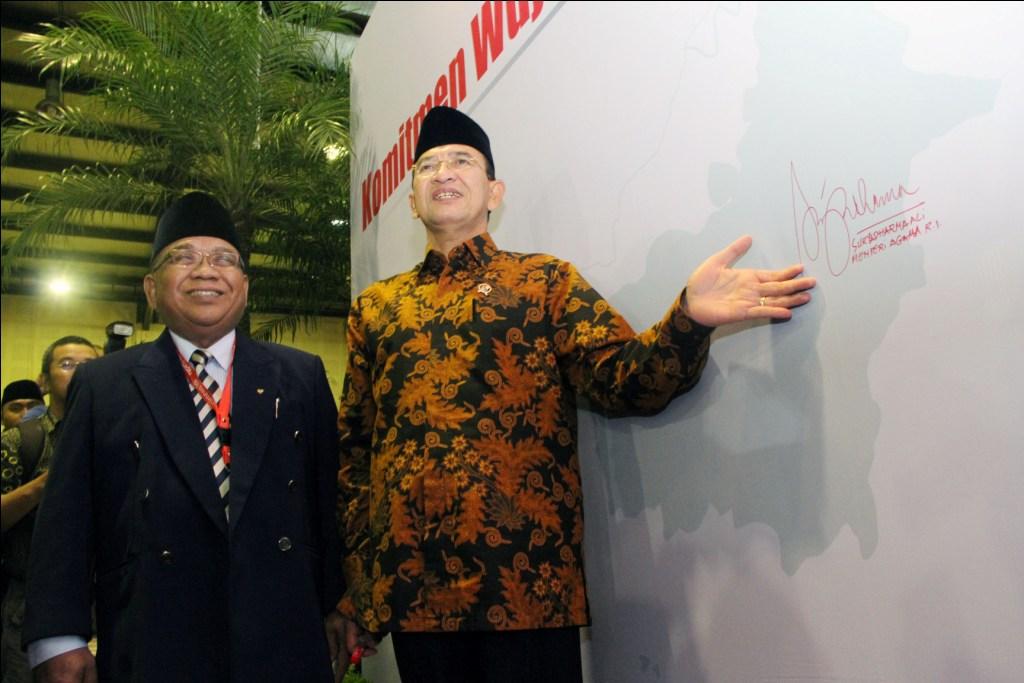 Menag Suryadharma Ali saat menandatangani Komitmen Wujudkan Indonesia Bermartabat di Rapimnas LDII bersama Ketua Umum DPP LDII