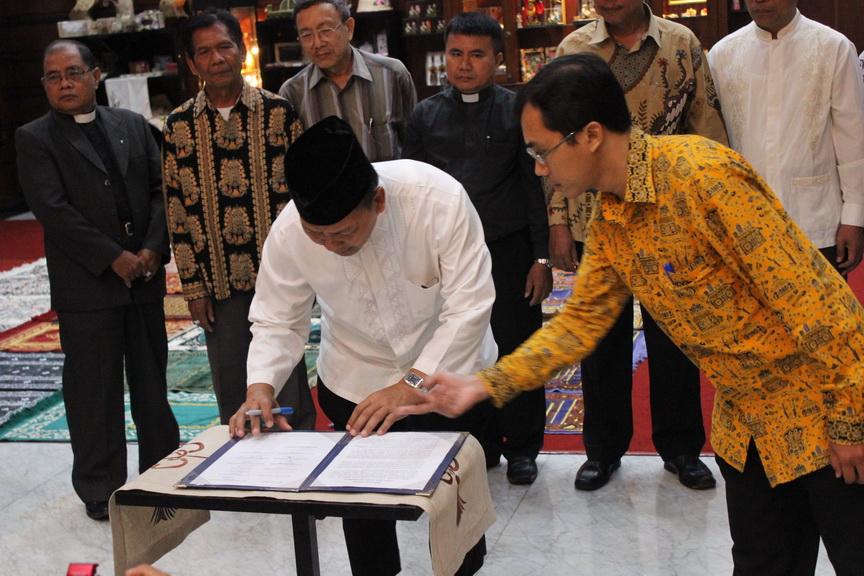 H. Amien Adhy ketua DPD LDII kota Surabaya berpartisipasi penandatanganan seruan bersama