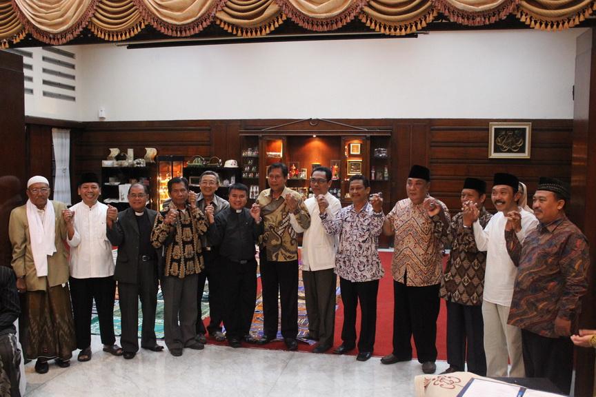 Seruan Bersama Tokoh Lintas Agama  Surabaya Menjaga Kerukunan dan Keamanan  Pasca PILPRES