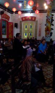 Salah satu pengurus LDII Surabaya sedang Bertanya