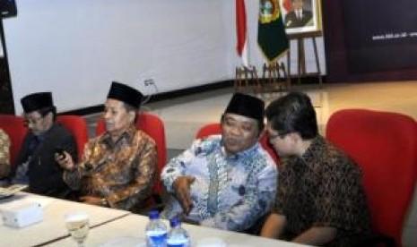 Kedua dari kanan: Ketua Umum LDII berbincang dengan Sekretaris Komisisi Infokom MUI dalam FGD KUII ke-VI di Jakarta, Kamis (5/1)