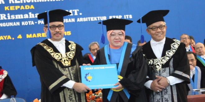 Berhasil Menyulap Surabaya, Walikota Risma Raih Gelar Doktor Honoris Causa dari ITS