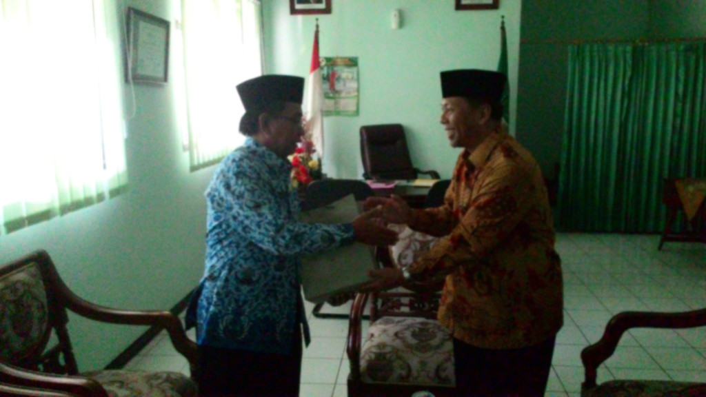Kepala kemenag kota Surabaya Drs. H. Moh. Bakri, M.Pd.I., menerima cinderamata dari ketua DPD LDII kota Surabaya Drs. Ec. H. M. Amien Adhy.
