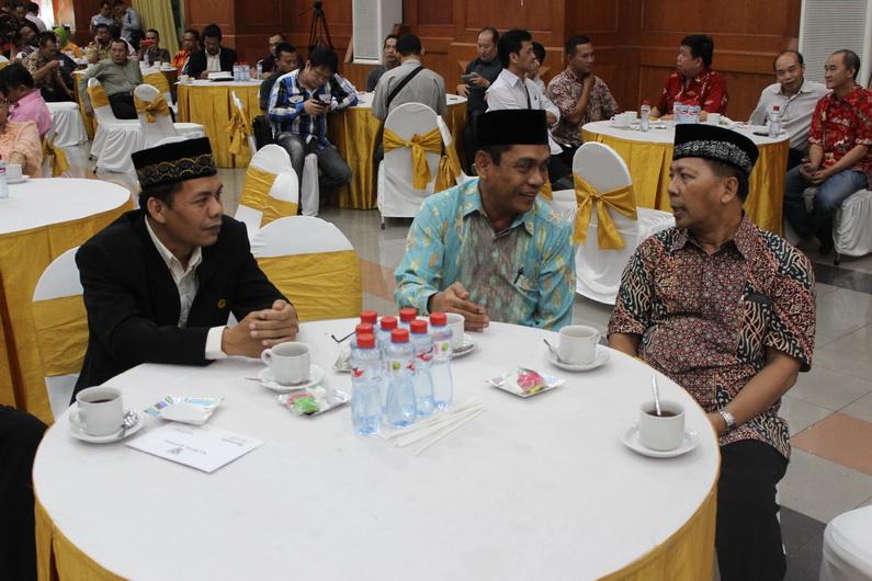 Dari kiri : wakil ketua DPD LDII kota Surabaya Ir.H.  Joko Yuwono, ketua PD Muhammadiyah kota Surabaya Drs. H. Zayin Chudlori, M.Ag.,  Ketua DPD LDII kota Surabaya Drs. Ec. H. M. Amien Adhy.