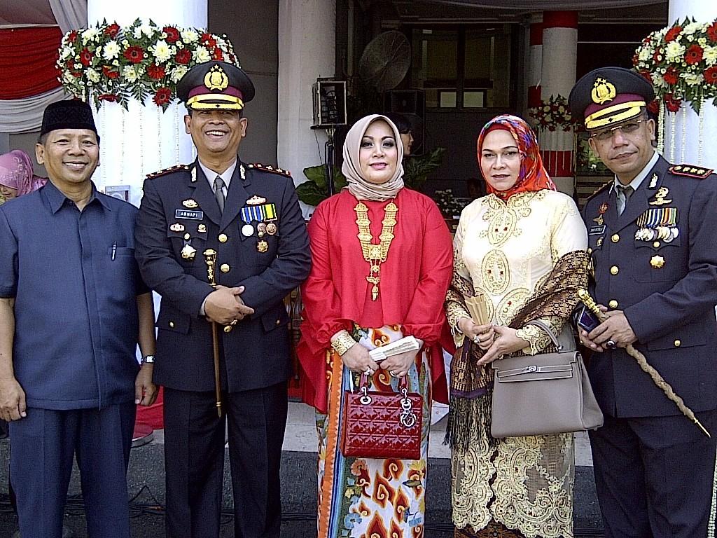 Dari kiri: Ketua DPD LDII kota Surabaya Drs. H. M. Amien Adhy, Kapolres Pelabuhan Tanjung Perak AKBP Arnapi, SH, M.Hum., beserta Istri, dan Kapolrestabes Surabaya Kombes Pol Yan Fitri Halimansyah, MH.
