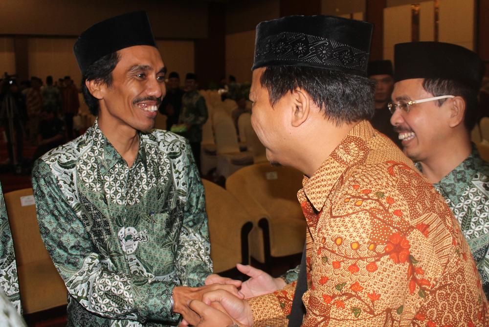 Ketua DPD LDII Kota Surabaya H. Akhmad Setiadi, M.Si (kanan) memberikan selamat kepada Ketua PCNU Kota Surabaya masa khidmat 2015-2020 DR. H. Muhibbin Zuhri, M. Ag.