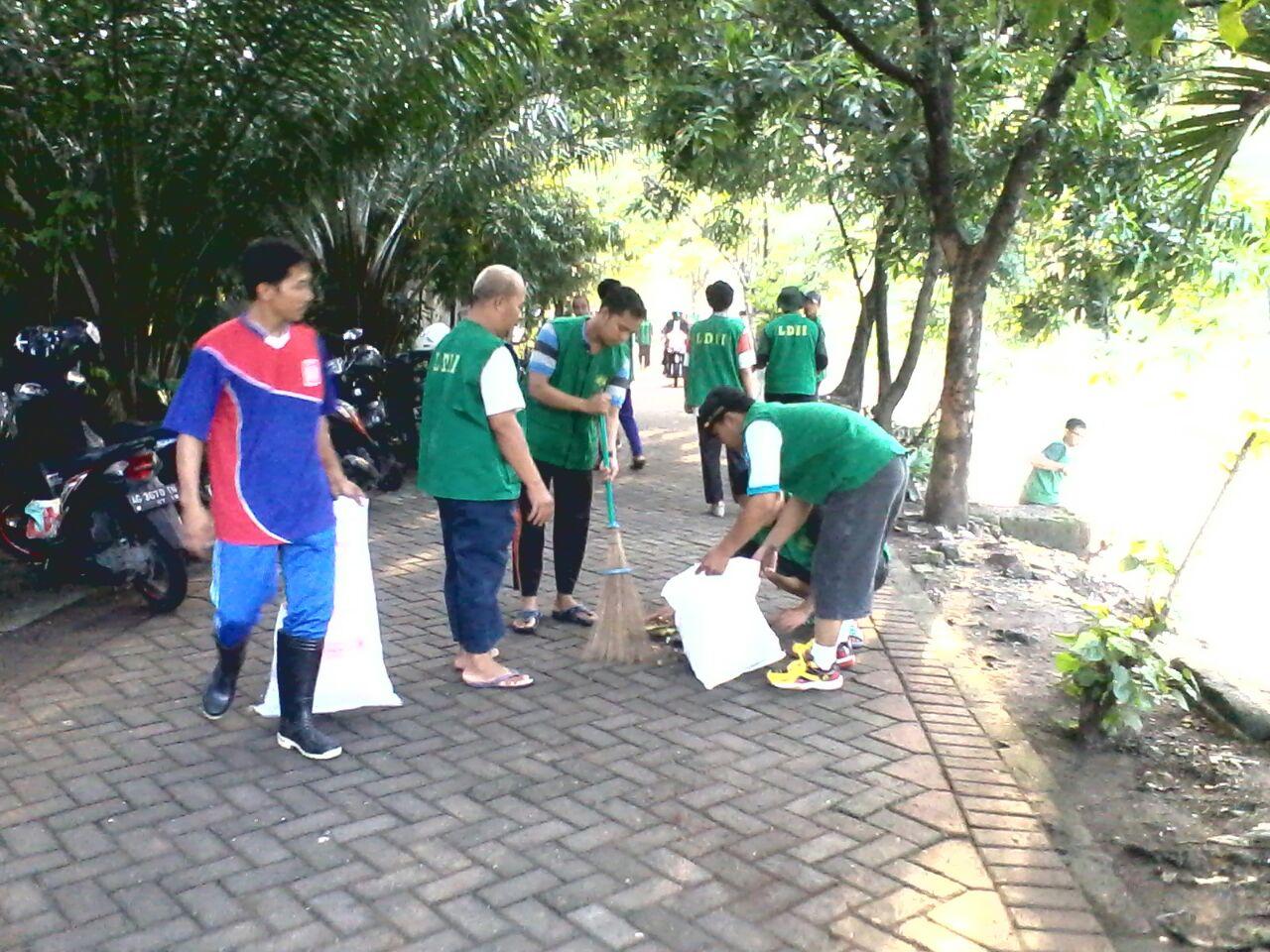 kerja-bakti-bersih-bersih-sungai