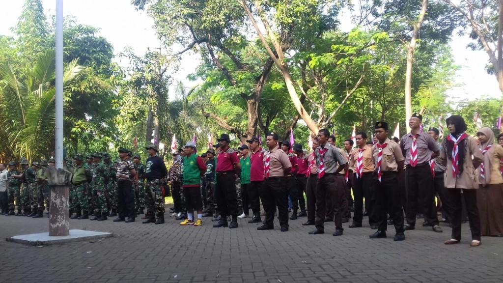 Peserta Gerakan Nasional Indonesia Bersih saat apel sebelum kegiatan dimulai.