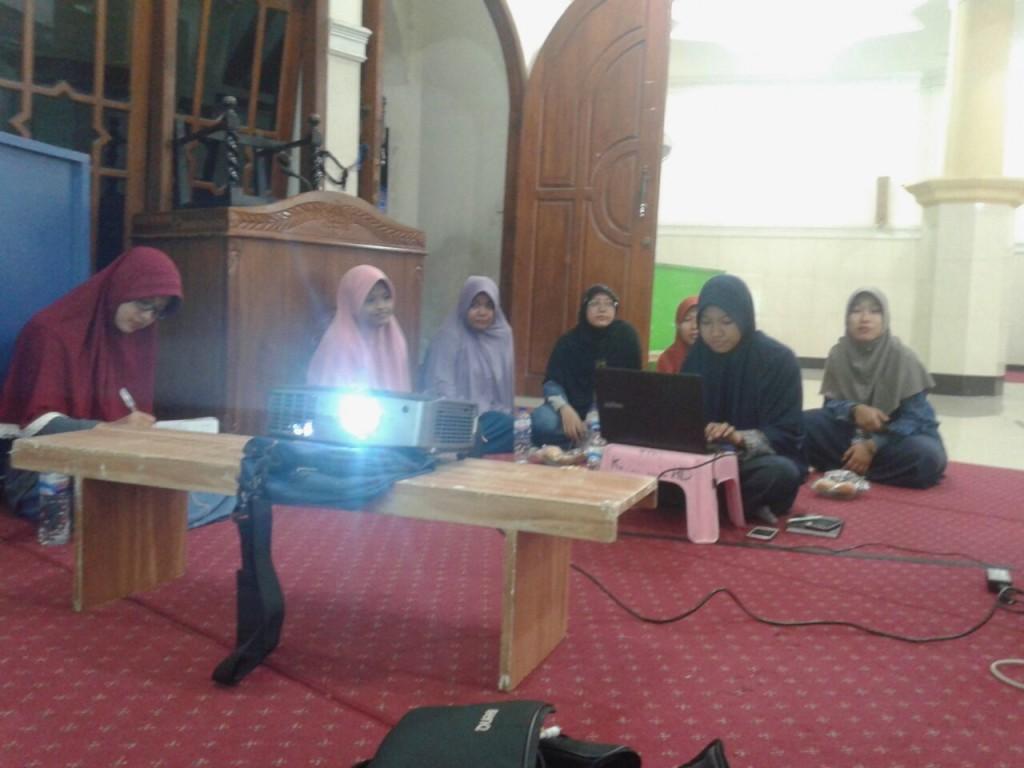 Suasana rapat persiapan program penghafal Quran di Masjid Khorul Huda, Nginden, Surabaya.