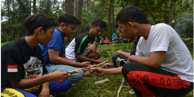 Peserta Oubond PC LDII Kecamatan Tambaksari mempraktikkan salah satu permainan keseimbangan dan kerjasama tim.