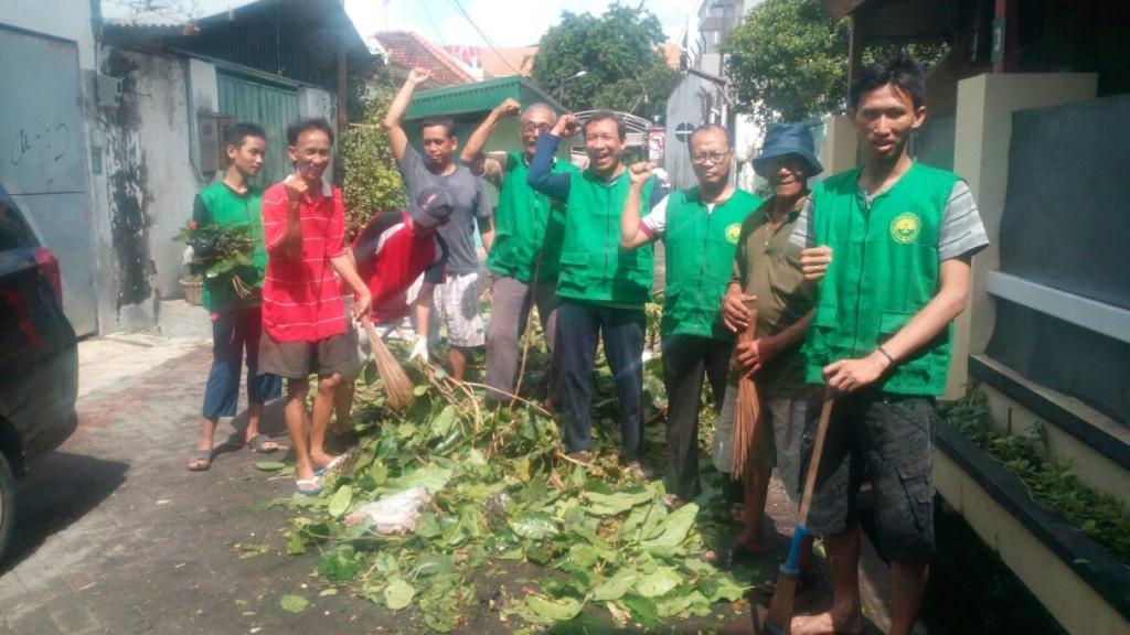 Warga PAC LDII Kelurahan Rangkah saat akan menyapu sampah yang telah dikumpulkan