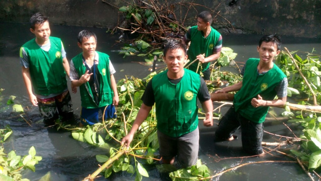 Warga PAC LDII Kelurahan Rangkah saat membersihkan sungai