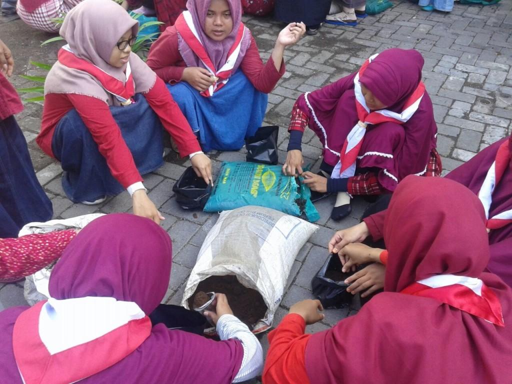 Peserta putri mempersiapkan tanaman obat untuk dibagikan kepada warga sekitar.