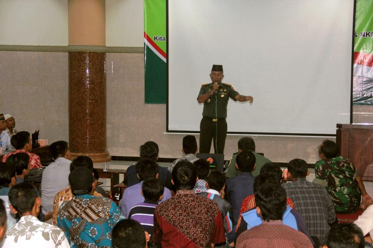 Komandan Kodim 0831/Surabaya Timur Letkol Inf. Dodiet Lumwartono memberikan pembekalan wawasan kebangsaan kepada peserta.